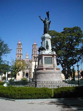 Monumento al Padre de la Patria en la plaza del Grande Hidalgo