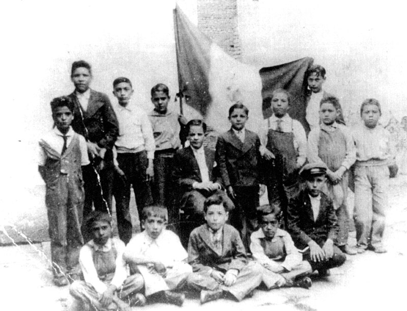 José Alfredo, center, under the flag's eagle, with his schoolmates from Centenario school (1932)